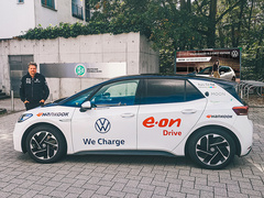 Rainer Zietlow vor dem neuen VW ID.3 Pro S (Foto: Hochschule der Medien Stuttgart)