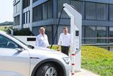 Umweltminister Franz Untersteller mit CEO Thomas Speidel an der HPC-Schnellladestation (Foto: ADS-TEC)