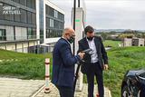Verkehrsminisiter Winfried Hermann und ADS-TEC CEO Thomas Speidel am HPC Schnellladesystem (Foto: ADS-TEC)